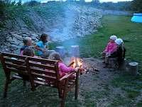 Večer u ohniště. - chalupa k pronájmu Staré Heřminovy