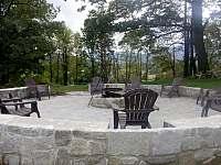 Černá Perla - ohniště v lesíku ve vrchní části zahrady - rekreační dům k pronajmutí