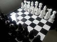 Černá Perla - velké šachy v obývacím pokoji -