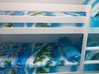 Mořský pokoj vybavený hračkami, patrová postel + přistýlka vysunovací šuplík