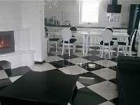 Prostorná kuchyň s obývacím pokojem, krb, podlahové topení