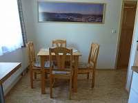 pokoj č. 3 - jídelní stůl - ubytování Ramzová