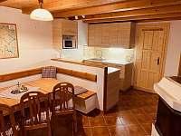 Jídelna spojená s společenskou částí a kuchyní - chalupa ubytování Lipová lázně