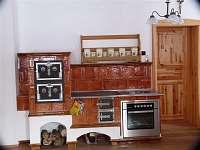 kachlová kamna se sporákem v kuchyni
