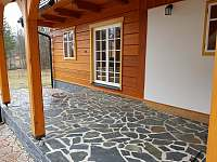 posezení na terase (židle a stůl k dispozici) - chalupa k pronajmutí Vernířovice