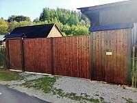 Brána a branka - vjezd do ubytování