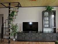 obývací stěna se smart TV - chalupa k pronájmu Bohdíkov