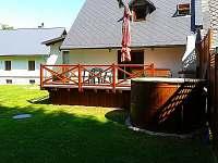 Venkovní terasa s lázeňským sudem