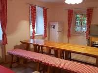 Kuchyně s jídelním stolem v přízemí - chalupa k pronajmutí Lipová lázně