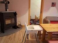 Kuchyně s jídelním stolem v přízemí - chalupa ubytování Lipová lázně