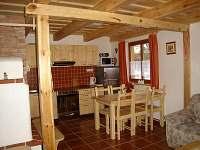 Plně vybavená kuchyně s posezením - pronájem chaty Filipovice