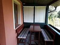 posezení na terase - chata k pronajmutí Vlčice