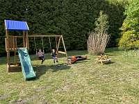 Dětské hřiště s pískovištěm - chalupa k pronájmu Sobotín - Petrov nad Desnou