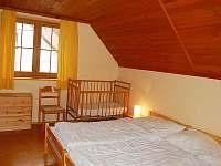 Dvoulůžkový pokoj s dětskou postýlkou - chata k pronájmu Bělá pod Pradědem