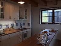 Kuchyň s barovým pultem - pronájem chalupy Zlaty Potok