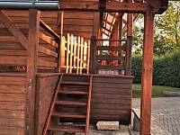 boční vchod k vířivce se zábranou pro děti,dál se dá projít na terasu a obýváku - chalupa k pronájmu Domašov