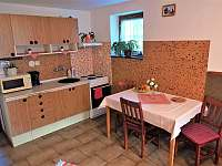 dále je v přízemí pokoj vpravo se 3 lůžky, kuchyňkou a posezením - Domašov