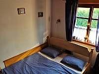 pohled na postel pod oknem - Domašov
