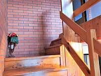 stoupáme po schodišti - chalupa k pronájmu Domašov