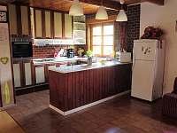 v místnosti je vetší kuchyňka s elektr.plotýnkami,troubou a lednicí - Domašov