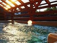 západ slunce ve vířivce - chalupa k pronajmutí Domašov