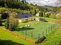 Má velké hřiště s umělou trávou - chata k pronájmu Vernířovice