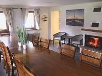 společenská místnost s krbem - chata ubytování Vernířovice