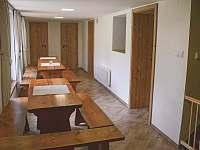 Vnitřní posezení u kuchyně s výhledem na zahradu - pronájem chaty Vernířovice