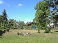 Chalupa Rozárka - pohled na část zahrady - ubytování Zlaté Hory