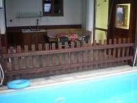 Vnitřní terasa s bazénem a saunou