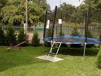 Zahrada s trampolínou - pronájem chalupy Skorošice