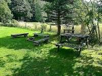 Zahradní posezení s ohništěm a grilem - chalupa k pronájmu Horní Lipová