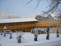zimní pohled od chaty směrem k bazénu a sousední chatě