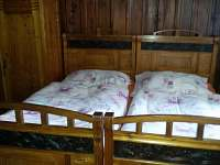 Ložnice č. 1 s manželskou postelí v délce 190cm - chata k pronajmutí Heřmanovice