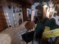 Posezení v dolní části chodby - chata k pronájmu Heřmanovice