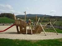 atrakce na dětském hřišti