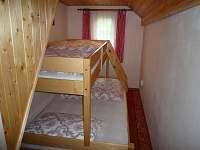 ložnice s atypickou postelí