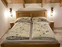 1. ložnice s dětskou postýlkou - chata k pronájmu Karlovice