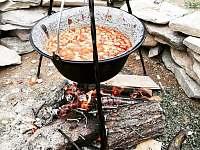 kotlíkový gulášek na ohništi za chatou, kotlík je nachystaný pro Vás - Karlovice