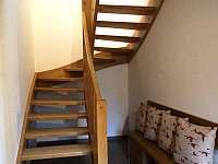 prostor pod schodištěm - chata k pronajmutí Karlovice