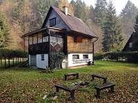 chata ze zadu - veranda, venkovní umyvadlo, ohniště
