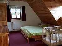 třílůžkový pokoj s přistýlkou a dětskou postýlkou