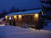 Horská chalupa Filipovice - zima večer - k pronajmutí
