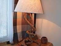 obývací pokoj - lampa - pronájem chalupy Filipovice