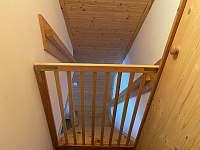 Chatička pod lesem - branka proti pádu ze schodů - Suchá Rudná