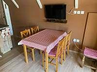 Chatička pod lesem - jídelní stůl v obývacím prostoru - pronájem Suchá Rudná