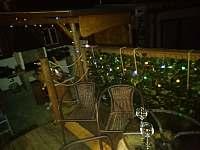 Chatička pod lesem - večerní terasa - k pronájmu Suchá Rudná