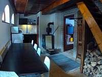Pohled na kuchyň s jídelním stolem - chata k pronájmu Kouty nad Desnou