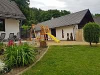 Hraní :-) klouzačka, houpačka a trampoška - chalupa ubytování Holčovice - Komora