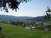 JV pohled na Karlovice a roubenku